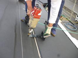 千葉県柏市I様邸の外壁塗装と屋根塗装工程:本体と雪止めの設置
