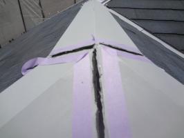 千葉県松戸市S様邸の外壁塗装と屋根塗装工程:棟包みのコーキング打ち替え(撤去)