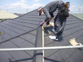 千葉県柏市I様邸の外壁塗装と屋根塗装工程:棟部分の取付