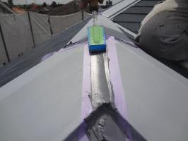 千葉県松戸市S様邸の外壁塗装と屋根塗装工程:棟包みのコーキング打ち替え(打ち込み)