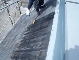 千葉県柏市O様邸の外壁塗装と屋根塗装工程:下塗り(浸透性下地強化シーラー)1~2回塗り