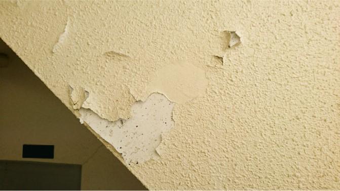 下塗り不足で塗膜が剥がれた(外壁)