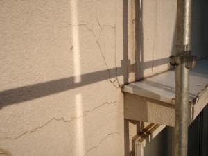 船橋市の大きくひび割れたモルタル壁の塗装前