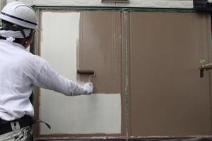 千葉県成田市M様邸の外壁塗装と屋根塗装工程:上塗り1回目(ファインシリコンフレッシュ)