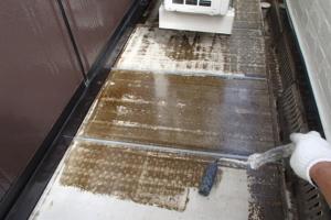 千葉県成田市M様邸の外壁塗装と屋根塗装工程:下塗り(浸透シーラー)