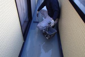 千葉県成田市M様邸の外壁塗装と屋根塗装工程:プルーフロンGRトップ塗布