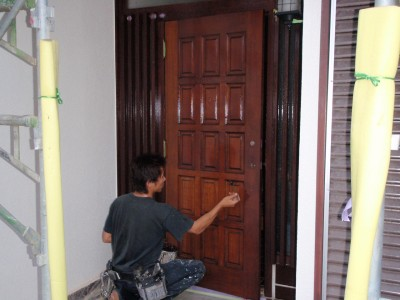 玄関塗装の仕上ニスの上塗りを塗装中
