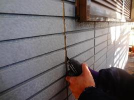 茨城県龍ヶ崎市K様邸の外壁塗装と屋根塗装工程:目地のコーキングの打ち替え(撤去)
