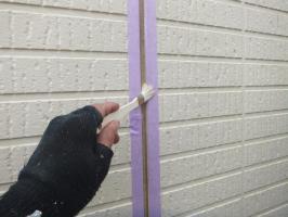 茨城県つくばみらい市N様邸の外壁塗装と屋根塗装工程:目地のコーキングの打ち替え(プライマー塗布)