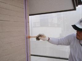 茨城県取手市H様邸の外壁塗装と屋根塗装工程:目地のコーキングの打ち替え(プライマー)