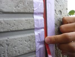 千葉県柏市I様邸の外壁塗装と屋根塗装工程:サイディングボードのパテ補修(Vカット)