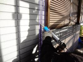 茨城県龍ヶ崎市K様邸の外壁塗装と屋根塗装工程:目地のコーキングの打ち替え(打ち込み)