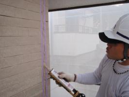 茨城県取手市H様邸の外壁塗装と屋根塗装工程:目地のコーキングの打ち替え(打ち込み)