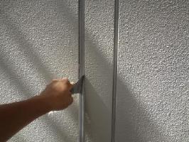 茨城県取手市O様邸の外壁塗装と屋根塗装工程:目地のコーキング処理(下処理)