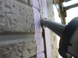千葉県柏市I様邸の外壁塗装と屋根塗装工程:サイディングボードのパテ補修(コーキング注入)