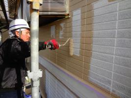 茨城県龍ヶ崎市K様邸の外壁塗装と屋根塗装工程:上塗り1回目(パーフェクトトップ)