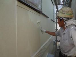 茨城県取手市O様邸の外壁塗装と屋根塗装工程:上塗り1回目(水性シリコンセラUV)