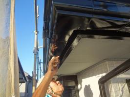 千葉県我孫子市H様邸の外壁塗装と屋根塗装工程:上塗り2回目(1液ファインシリコンセラUV)