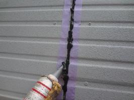 茨城県取手市O様邸の外壁塗装と屋根塗装工程:ジョイント部分のコーキング処理