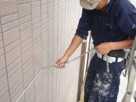 千葉県我孫子市U様邸の外壁塗装と屋根塗装工程:目地のコーキング剤の打ち替え(撤去)