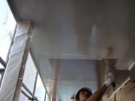 千葉県柏市サンハイツ新堀様邸の外壁塗装と屋根塗装工程:軒天上塗り