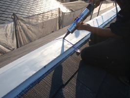 千葉県我孫子市U様邸の外壁塗装と屋根塗装工程:繋ぎと釘頭のコーキング打ち込み