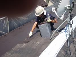 千葉県我孫子市U様邸の外壁塗装と屋根塗装工程:中塗り(ファインUVベスト)