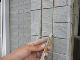 茨城県守谷市I様邸の外壁塗装と屋根塗装工程:目地のコーキング剤の打ち替え(撤去)