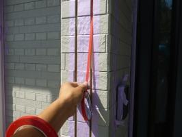 茨城県守谷市I様邸の外壁塗装と屋根塗装工程:目地のコーキング剤の打ち替え(ボンドブレーカーテープ)