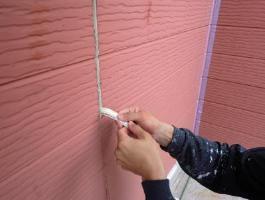千葉県印西市H様邸の外壁塗装と屋根塗装工程:目地のコーキング剤除去