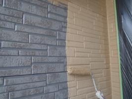 千葉県野田市K様邸の外壁塗装と屋根塗装工程:上塗り1回目(パーフェクトトップ艶消し)