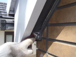 千葉県松戸市S様邸の外壁塗装と屋根塗装工程:劣化箇所のパテ補修(ケレン)