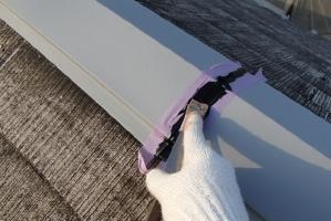 千葉県野田市K様邸の外壁塗装と屋根塗装工程:棟包みのコーキング打ち替え(ならし)