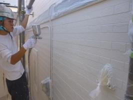 茨城県守谷市I様邸の外壁塗装と屋根塗装工程:上塗り1回目(水性ゾラコートEX)