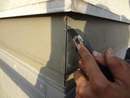 千葉県柏市N様邸の外壁塗装と屋根塗装工程:コーキング打ち替え(Vカット工法)
