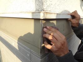 千葉県柏市N様邸の外壁塗装と屋根塗装工程:コーキング打ち替え(ケレン)