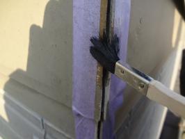 千葉県柏市N様邸の外壁塗装と屋根塗装工程:コーキング打ち替え(専用プライマー塗布)