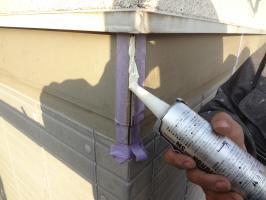 千葉県柏市N様邸の外壁塗装と屋根塗装工程:コーキング打ち替え(打ち込み)