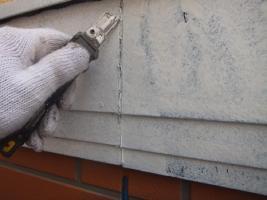 千葉県船橋市U様邸の外壁塗装と屋根塗装工程:コーキング打ち替え(撤去)