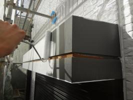 千葉県我孫子市H様邸の外壁塗装と屋根塗装工程:シャッターボックス下塗り(防錆プライマー)