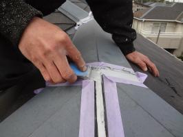 千葉県柏市N様邸の外壁塗装と屋根塗装工程:棟包みのコーキング打ち替え