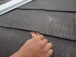 千葉県柏市N様邸の外壁塗装と屋根塗装工程:縁切り材の挿入(タスペーサー)