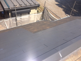 千葉県柏市M様邸の外壁塗装と屋根塗装工程:上塗り1回目 (ヤネフレッシュSi)