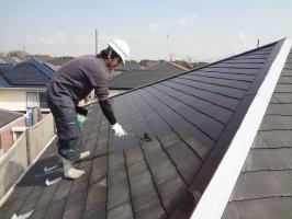 千葉県柏市N様邸の外壁塗装と屋根塗装工程:上塗り2回目 (ヤネフレッシュSi)