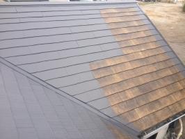 千葉県柏市M様邸の外壁塗装と屋根塗装工程:上塗り1回目(ヤネフレッシュSi)