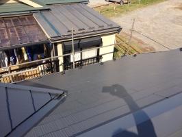 千葉県柏市M様邸の外壁塗装と屋根塗装工程:上塗り2回目 (ヤネフレッシュSi)