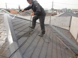 千葉県松戸市S様邸の外壁塗装と屋根塗装工程:屋根の高圧洗浄