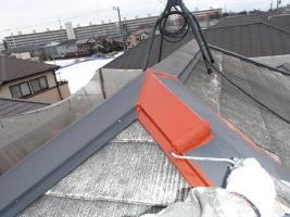 千葉県柏市O様邸の外壁塗装と屋根塗装工程:板金部下塗り(防錆プライマー)