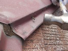 千葉県野田市O様邸の外壁塗装と屋根塗装工程:棟包みの釘の打ち込み