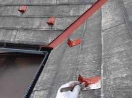 千葉県柏市O様邸の外壁塗装と屋根塗装工程:雪止めの下塗り(防錆プライマー)